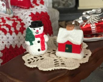 Miniature Snowman and House Christmas Decorations, Dollhouse Miniature, 1:12 Scale, Mini Holiday Decor, Crafts, Toppers, 2 Piece Set