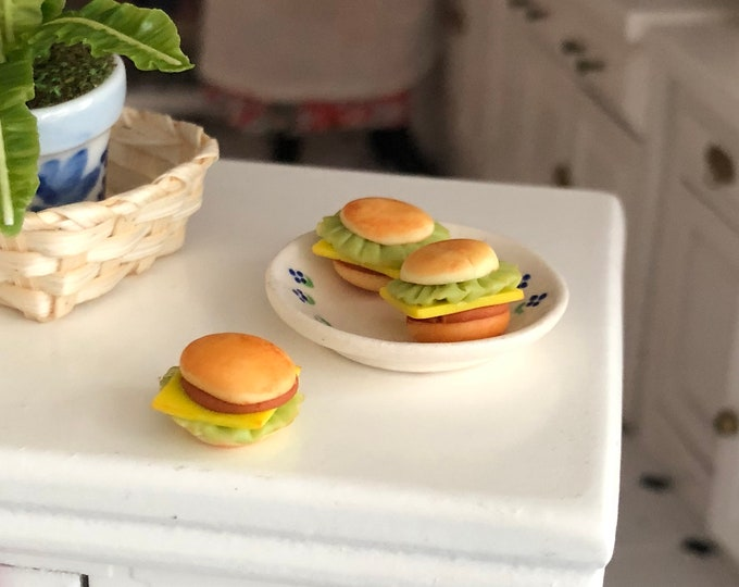Miniature Cheeseburgers, Set of 3 Mini Burgers, Dollhouse Miniatures, 1:12 Scale, Miniature Food, Pretend Food, Dollhouse Accessories