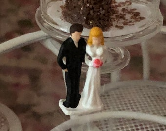 Miniature Bride and Groom Figurine, Dollhouse Miniature, 1:12 Scale, Mini Wedding Figurine, Dollhouse Decor, Topper, Crafts, Embellishment