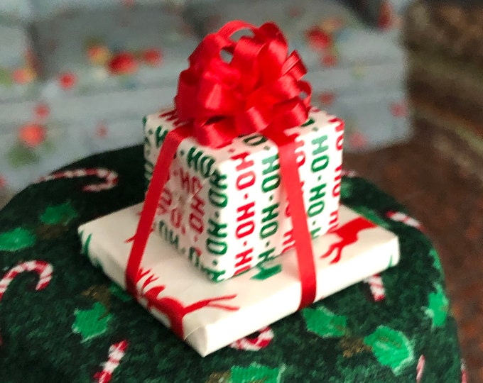 Miniature Wrapped Gift Boxes with Bow, Dollhouse Miniature, 1:12 Scale, Dollhouse Holiday Christmas Decor, Mini Stacked Presentws