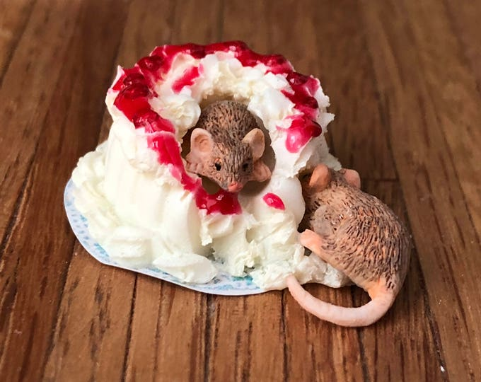 Miniature Mice Figurine, Mice With Cake #20, Miniature Mouse, Dollhouse Miniatures, 1:12 Scale, Dollhouse Decor, Topper, Crafts