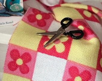 Miniature Scissors, Black Handle Open and Close Scissors, Dollhouse Miniature, 1:12 Scale, Dollhouse Accessory, Decor, Mini Sewing Decor