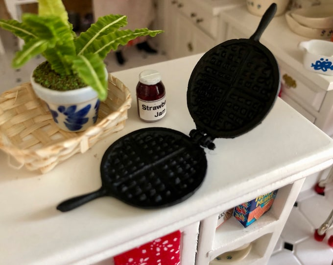 Miniature Waffle Iron, Vintage Look Black Metal Mini Waffle Iron, Dollhouse Miniature, 1:12 Scale, Dollhouse Accessory, Decor, Crafts