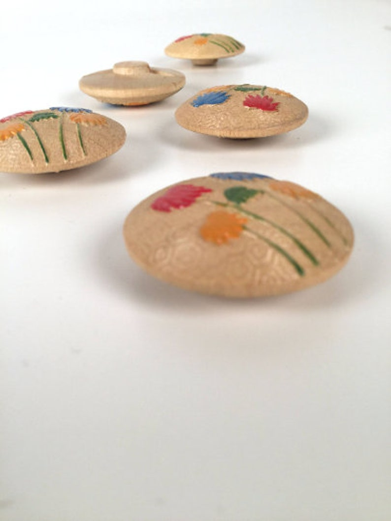 Vintage 1940/'s Red Blue /& Yellow Painted Floral Wooden Novelty Buttons 5 Pieces 1 18 Cute! Sold as a Lot Pressed Wood Shank Buttons