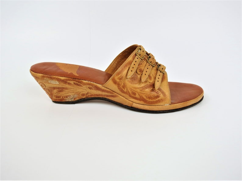 95b3c4389f448 Vintage 40s 50s Tan Tooled Leather Shoes | Mexican Strappy Mules Wedges