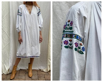 Vintage Embroidered Traditional Tunic Dress / Puffy Sleeves / Eastern European Dress / Stunning V Neck Dress