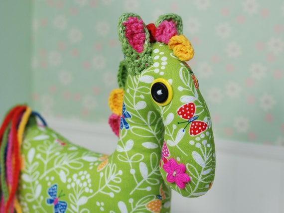 Vert cheval poney Amigurumi Crochet jouet Animal bébé fille Peluches personnalisées cadeau fait main papillons