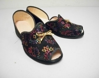 VINTAGE Black Multi Colored Brocade Tapestry Fabric Slippers House Shoes Size 6 M