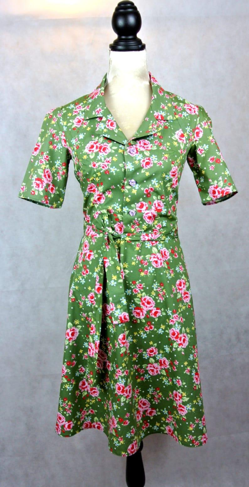 822a1059f Vestido de camisa impresión floral de estilo de la década de 1940 en una  variedad de colores