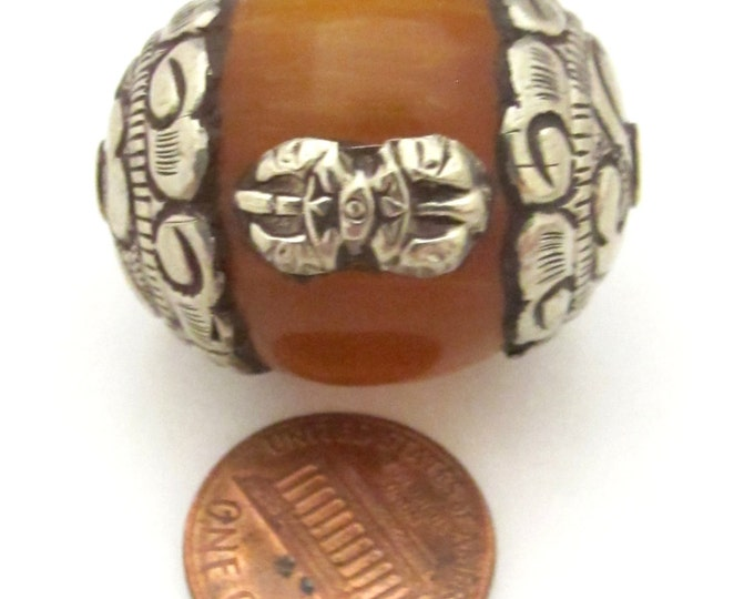 2 beads - Large Tibetan amber copal resin capped bead with tibetan silver dorje vajra symbol - BD783s