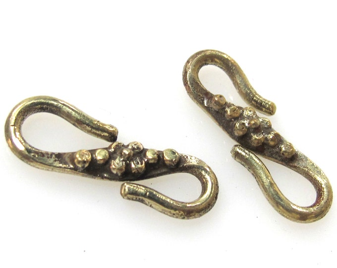 1 clasp - Tibetan Brass S hook clasp from Nepal with floral design - LN023