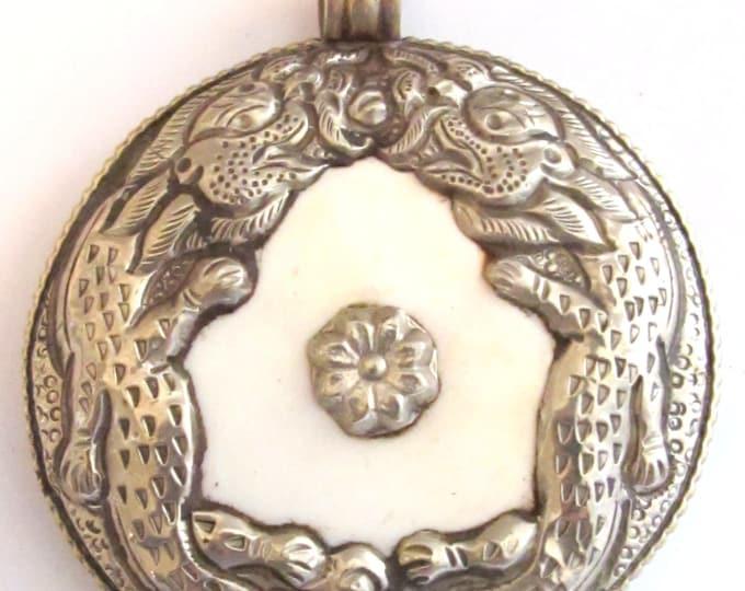 Ethnic Nepal pendant - Tibetan pendants - Exotic naga conch shell Tibetan silver double Dragon pendant  - handmade in Nepal - PM245