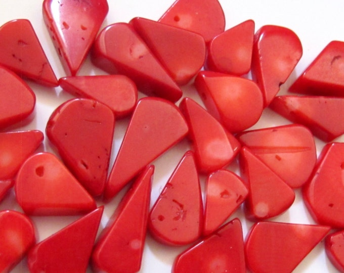 15 BEADS - Teardrop shape small briolettes red bamboo coral beads - GM088A