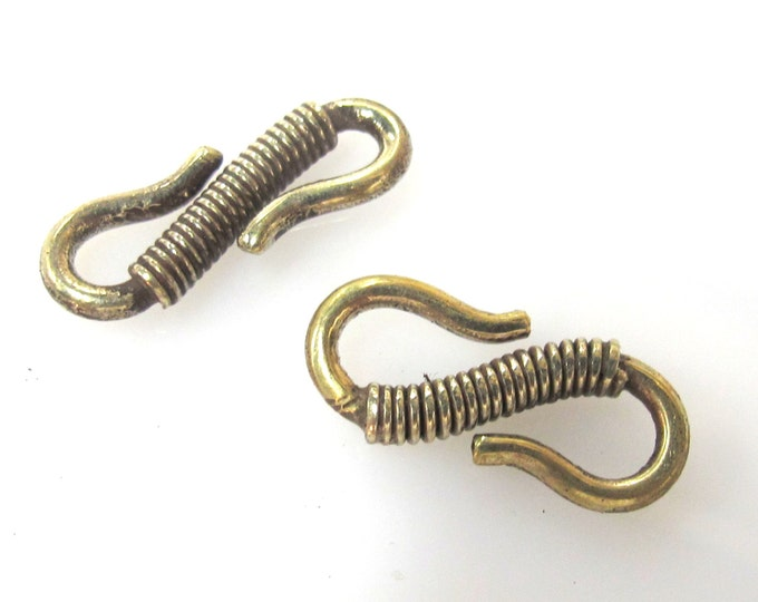 1 clasp - Tibetan Brass S hook clasp from Nepal with coil work design - LN024