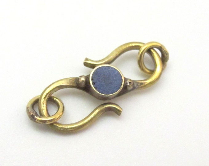 1 clasp - Brass S hook clasp from Nepal with lapis inlay - BD604K