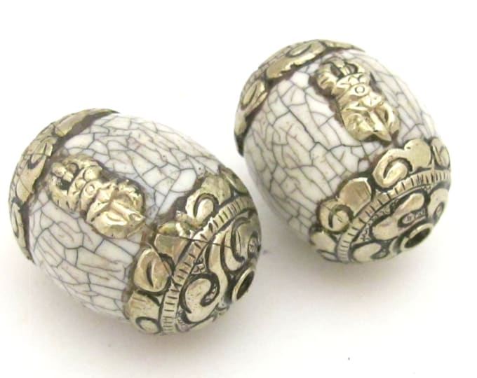 1 bead - Large Tibetan white crackle resin capped bead with tibetan silver dorje vajra symbol - BD724