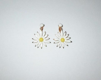 Vintage 50s 60s Daisy Flower Earrings / 50s 60s White Floral Daisy Dangle Earrings