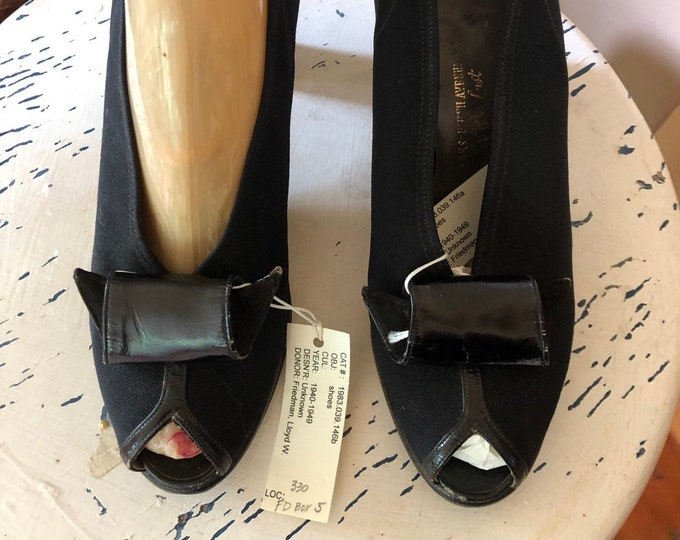 40s black bow pumps size 6.5 / vintage VAMPY SAKS black cloth peep toe pin up high heels SHOES 1940s