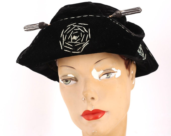 1920s spiderweb print velvet hat / 20s CLOCHE HAT w/ giant hat pin and embroidery antique vintage