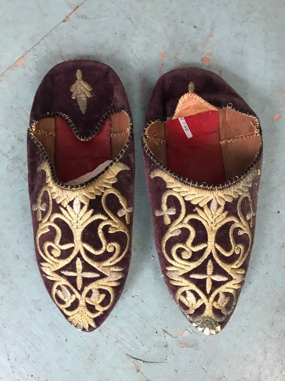 Moroccan Babouches slippers for Women plum.