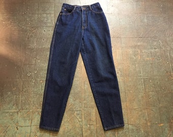 Vintage 80s 90s Union Bay mom jeans // medium wash denim // size 7 tapered leg // high hi rise waisted