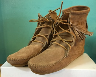Minnetonka taupe suede Tramper Ankle Hi moccasin boots size 7 // unworn in original box