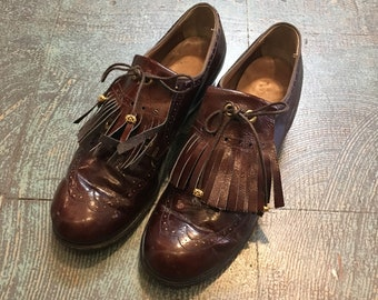 Vintage 60s kiltie fringe wingtip Oxford loafers pumps // size 5 1/2 // 60s witchy boho mod heeled lace up fall shoes