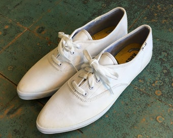 Vintage white canvas KEDS // lace up tennis shoes sneakers // summer nautical prep retro beach  // pointed toe flats