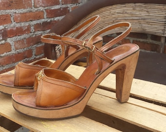 9928d41d1da Vintage 1970 s Bare Traps Caramel Leather Wood Platform High Heel Sandals  Size 8   8.5 Gold Accent Hardware