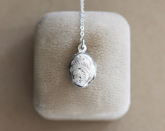 Sterling Silver Lariat Locket Necklace, Small Oval Vintage Photo Pendant - Silver Dot