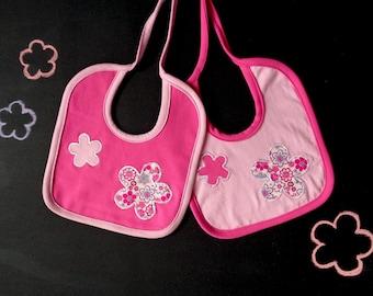 Lot de deux bavoirs, applique de fleur rose, coordonnés bavoirs, magenta blanc fuchsia, cadeau pour maman, cadeau pour bébé, shower de bébé rose, nouveau-né fille