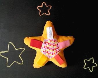 Jouet de tag softie, doux peluche jouet ruban à pois, velours de coton COTELE, jaunes oranges rouges roses étiquettes, shower de bébé étoile, étoile, softie nouveau-né