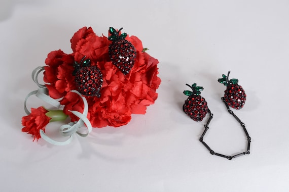 Vintage 1950s Warner Strawberry Brooch - Red Sweat