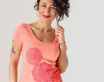 Coral pink t-shirt with upcycled vintage crochet doily ornament - Size S
