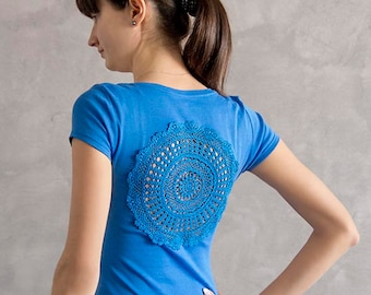 Blue t-shirt with upcycled vintage crochet doily back - Size S