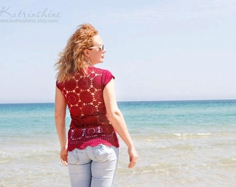 Burgundy t-shirt  with upcycled vintage crochet doily back size M