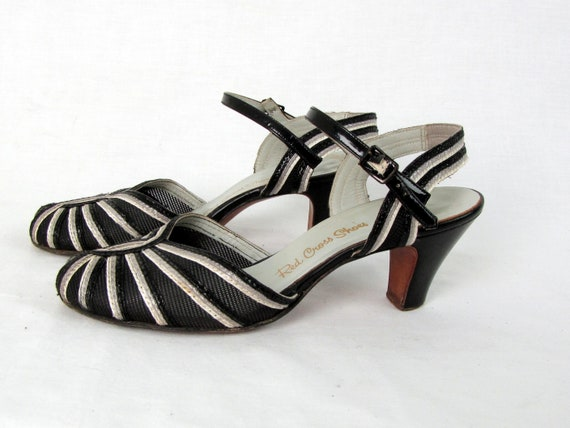 Vintage 1940s Black and White Peep Toe Mesh and L… - image 2