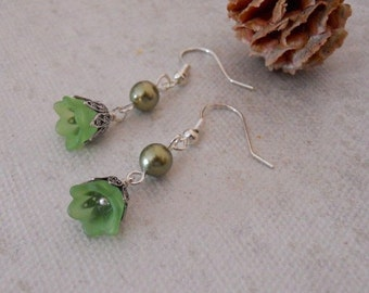 Go Green Dangle Earrings, Silver and Green earrings, dangle earrings, Flower earrings, gift, Cluster, olivine pearls