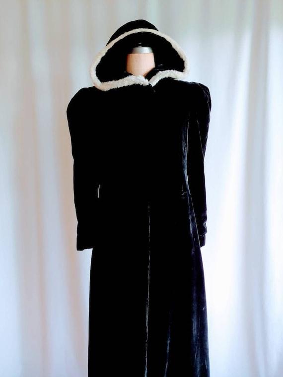 1930s Edwardian black velvet cape with white fur h