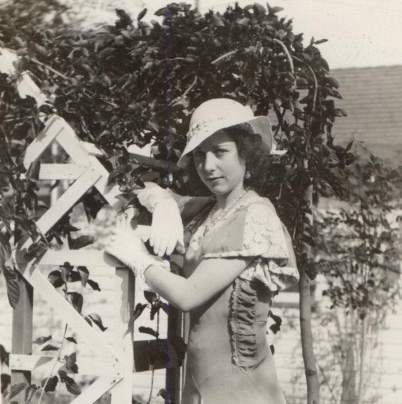 Années Photo Des Dans Tenue Et Blanc 25 Femme 1930 Chapeau 3 De Mode 5 La Les Robe Par 5 Noir UzVqSMp