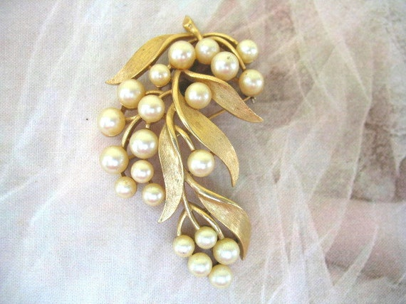 Vintage Crown Trifari Pearl Brooch - image 1