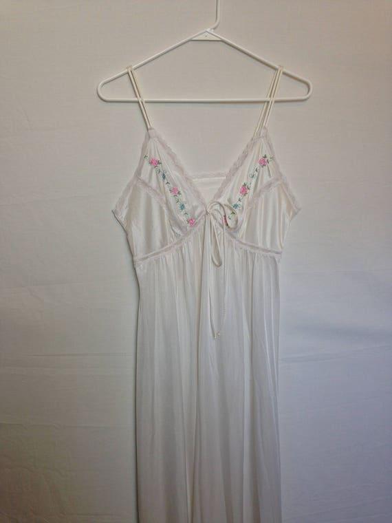 Beau millésime 1980 s robe Lingerie en Nylon blanc brodé de Roses