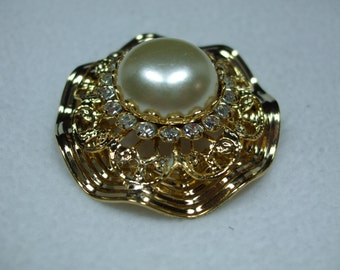 Vintage Goldtone with a faux pearl Surrounded by Clear Rhinestones Brooch