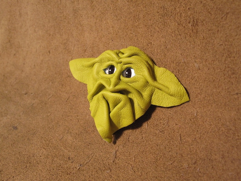 lemon lime with white and blue large slit pupil eyes Grichels leather pintie tackbrooch