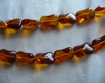 Beads, Czech pressed glass, honey, 14.5x9.5mm twist. Sold per pack of 14 beads.