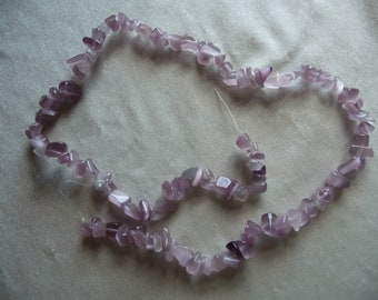 Beads, amethyst (natural), small chip, Mohs hardness 7. Sold per 16-inch strand. There are 100 chips on the strand.