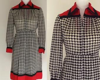 70s mod dress black white houndstooth red trim pleated dress 1970s vintage shirtdress shirt dress / Tissu Staron Paris