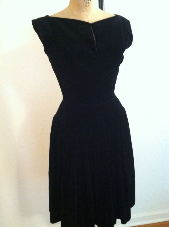 Crazy Pretty Black Velvet Keyhole Sleeveless Vinta