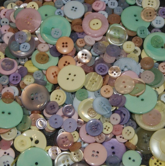 SEWING SCRAPBOOK 50g ASSORTED BULK BUTTONS IN VINTAGE STYLE PASTELS FOR CRAFT