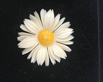 Vintage Carved Cream Colored Leaf Celluloid Yellow Center Daisy Brooch Retro Beauty  Pin Jewelry